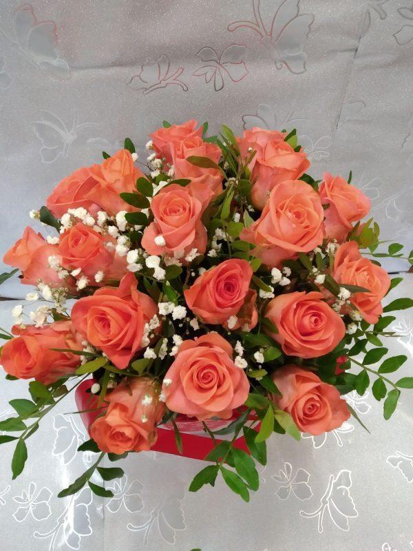 25 розовых роз в конусе вид сверху