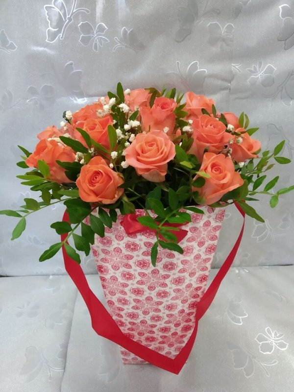 25 розовых роз в конусе