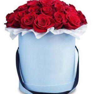 красные розы в белой коробке