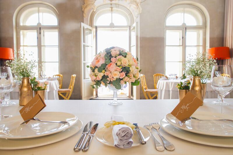 Украшение стола молодоженов цветами 1