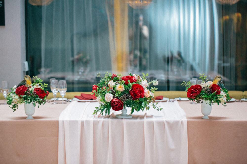 Украшение стола молодоженов цветами 2