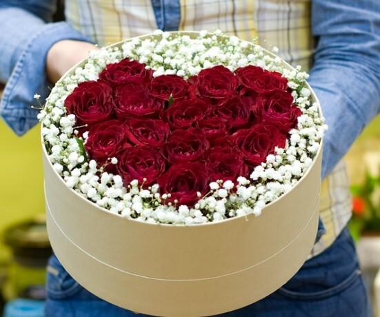 Коробка из красных роз с гипсофилой