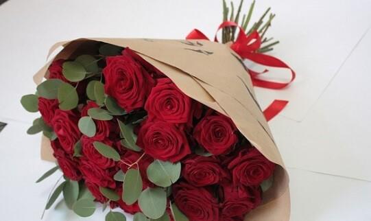 Букет 25 красных роз с эвкалиптом № 156