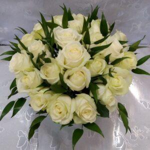 25 белых роз в конусе вид сверху