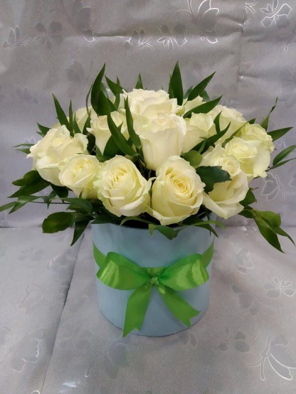 25 белых роз в конусе