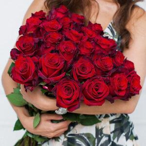 Красная роза 70 см 23 штуки