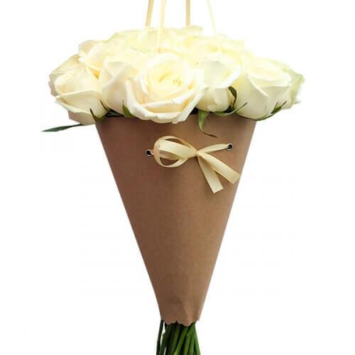 15 белых роз в конусе