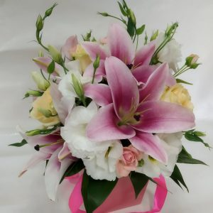 Композиция цветы в конусе