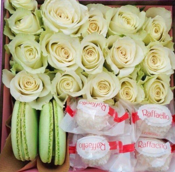 подарочный набор из роз макарун и рафаэло
