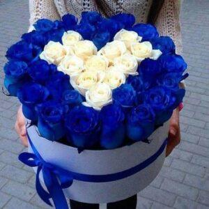 корзина синих и белых роз