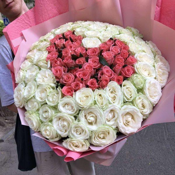 Сердце из 101 белой и розовой розы