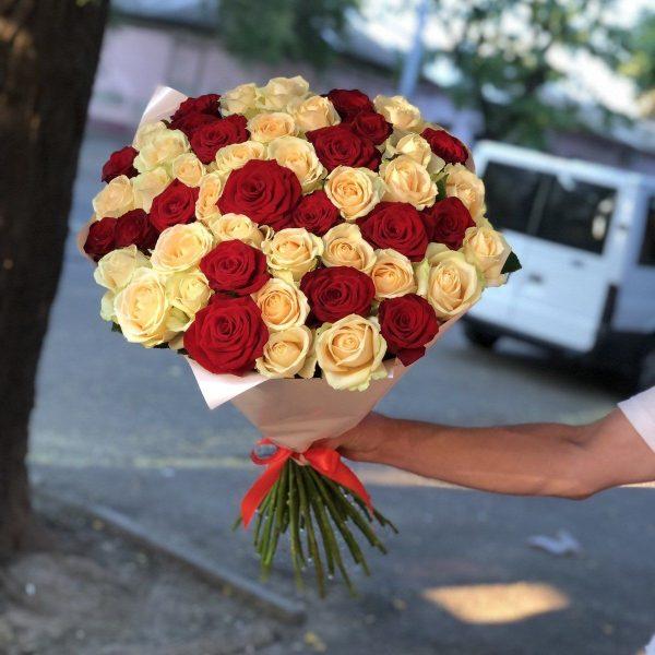 51 роза микс красная + желтая вид сверху