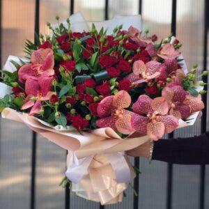 Букет из кустовой розы и ванды