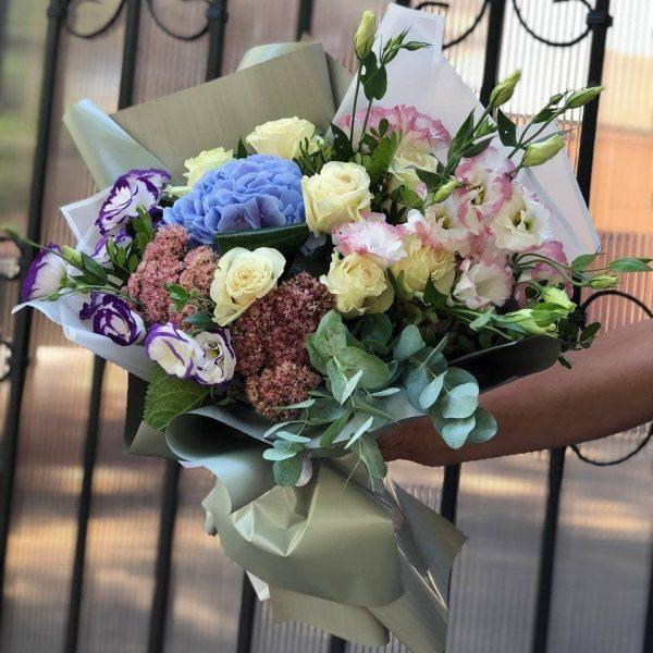 Букет с гортензиями, розами и эустомой