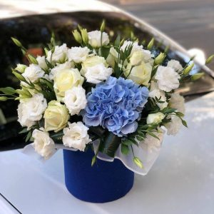 Букет из гортензии эустомы белой и розы аваланч